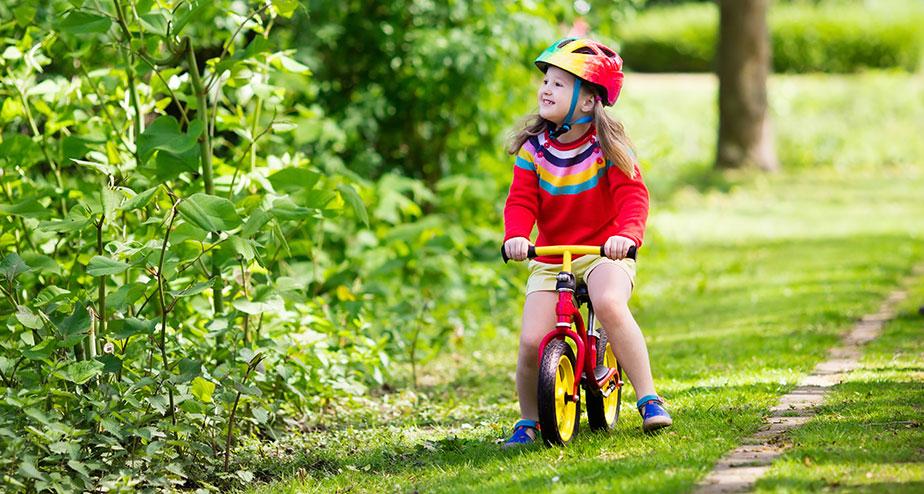 Lär barnet cykla utan stödhjul
